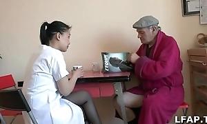 Papy Voyeur se fait sucer not in good son aide soignante